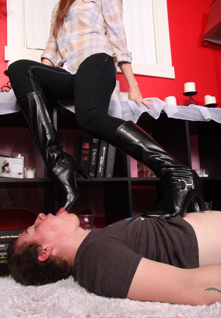 Чистит под столом сапоги госпоже — 7